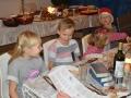 Forventningsfulde børn og et bugnende bord